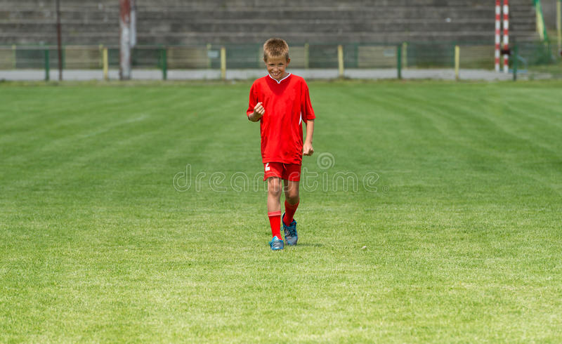 Satisfaction sur le terrain de football photo stock