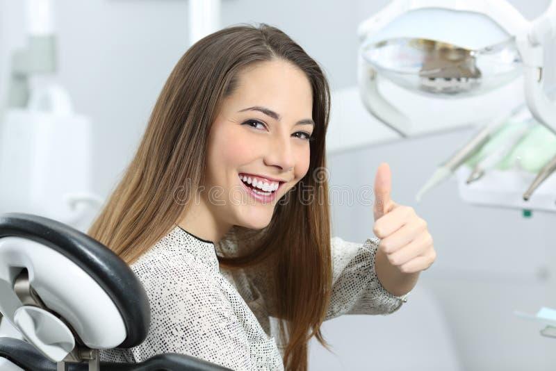 Satisfaisant patient de dentiste après traitement image stock