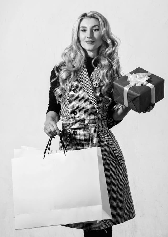 Satisfait avec l'achat Concept d'achats Sac ? provisions et bo?te-cadeau de prise de femme Boutique de mode Remise d'achats photos libres de droits