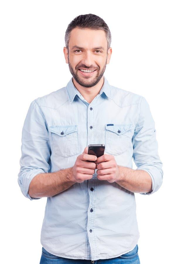 Satisfait avec son téléphone intelligent tout neuf photos stock