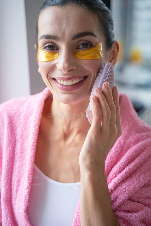 Satisfait du nouveau massageur pour la photo de stock de visage images libres de droits