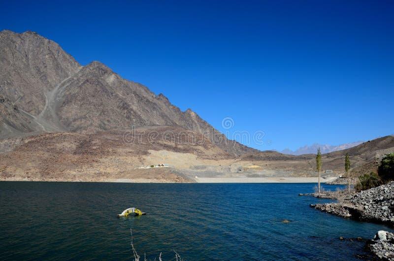 Satpara jezioro z zanurzającym PTDC motelu znakiem Skardu Pakistan zdjęcie royalty free