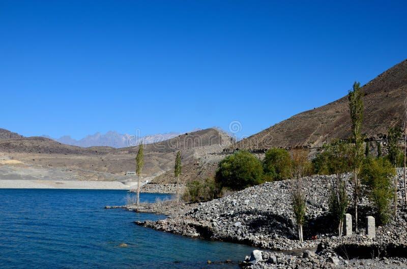 Satpara jezioro z zanurzającym PTDC motelu znakiem Skardu Pakistan fotografia royalty free