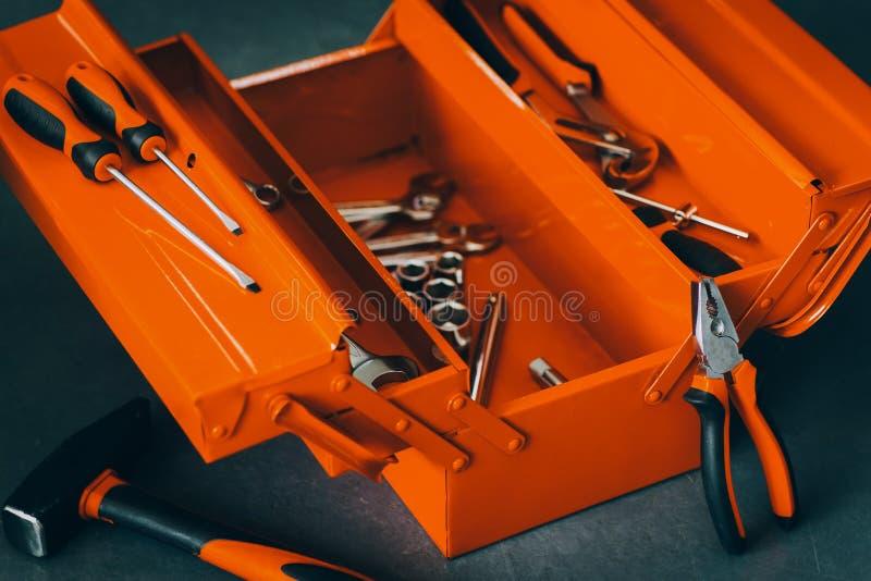 Sats för hjälpmedel för skiftnyckel för röd toolbox för Repairman yrkesmässig arkivfoton
