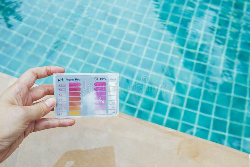 Sats för prov för provning för vatten för flickahandinnehav över simbassäng arkivbild