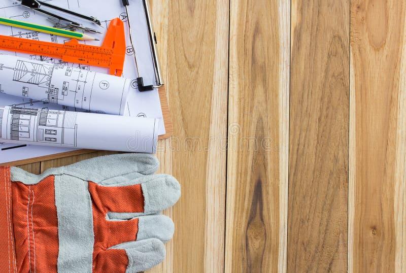 Download Sats För Säkerhetsutrustning Och Hjälpmedelpå Trätabellen Arkivfoto - Bild av yellow, industri: 76701672