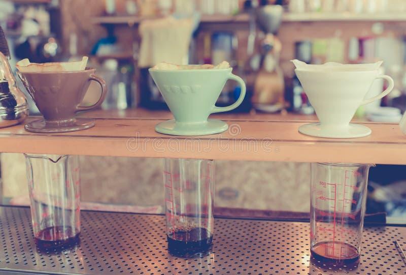 Satser för framställning av ny kaffedroppande i tappningsignal royaltyfri fotografi