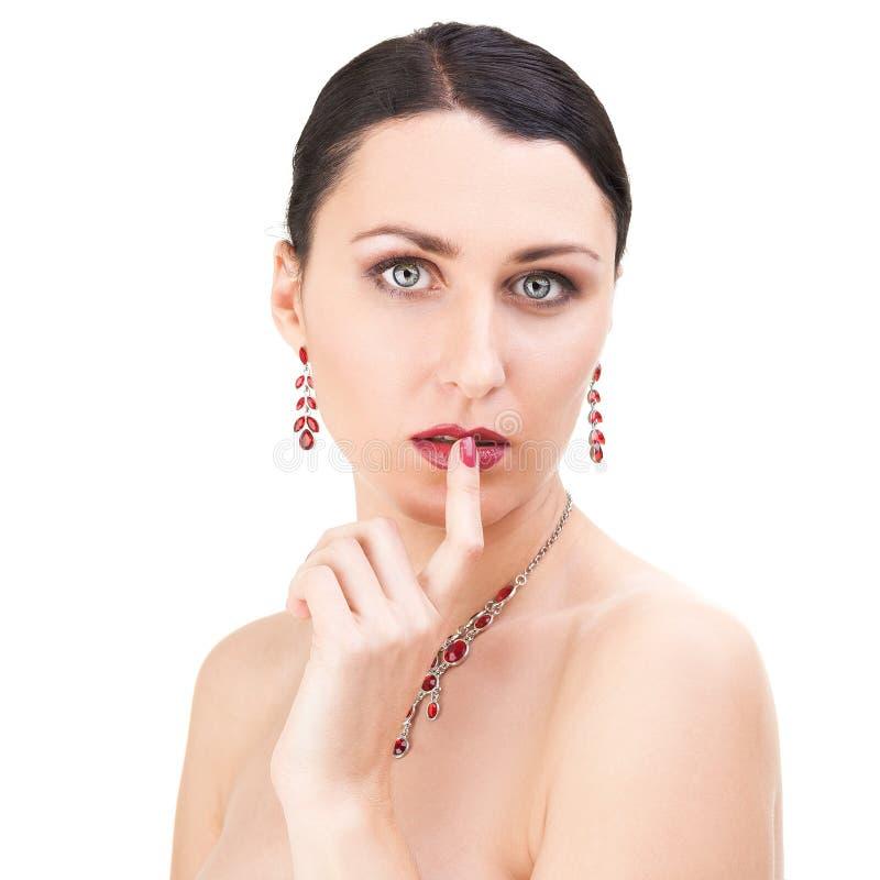 Satt finger för skönhet flicka till hennes kanter royaltyfria bilder