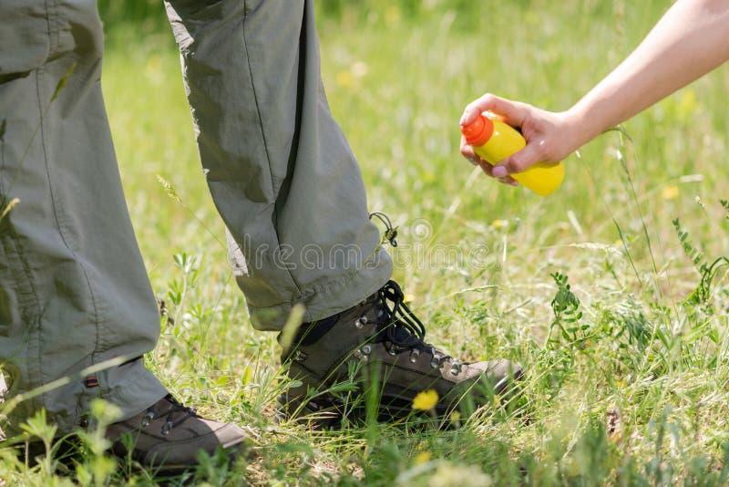 Satt sprej kan anti-myggan tätt upp royaltyfri foto