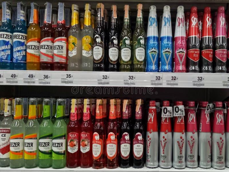 Sattahip, Chonburi Thailand 9 november 2019 Alcoholflessen op de supermarkt stock afbeelding