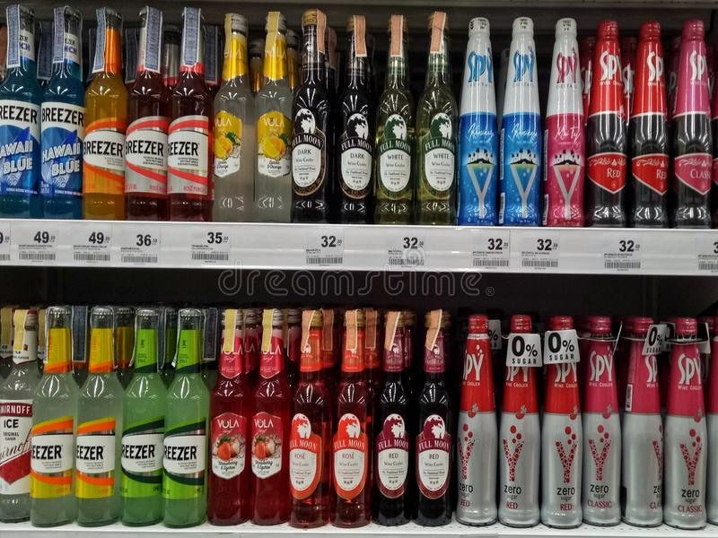 Sattahip, Chonburi Thailandia 9 novembre 2019 Bottiglie di alcol al supermercato immagine stock