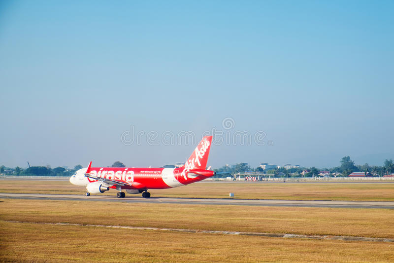 SATTAHIP, THAÏLANDE - 21 décembre - l'avion de passagers de la ligne aérienne d'Air Asia à l'aéroport d'U-Tapao avec l'herbe sèch photos libres de droits