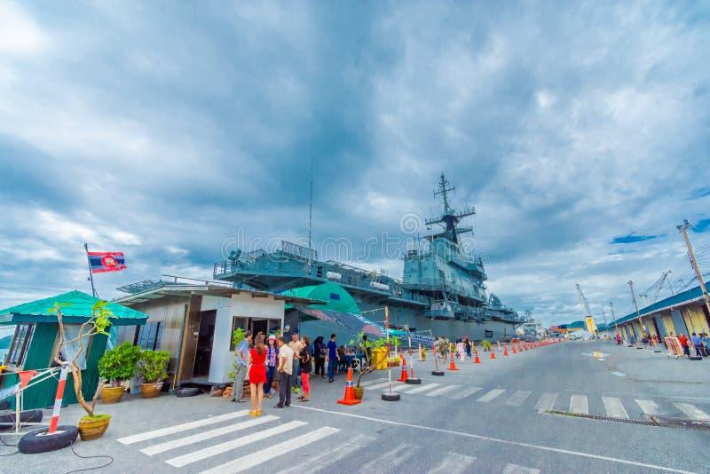 SATTAHIP THAILAND - MAJ 1 2019: Hangarfartyg för HTMS Chakri Naruebet på Juksamet port på Februari 9 i Sattahip Porten är en av fotografering för bildbyråer