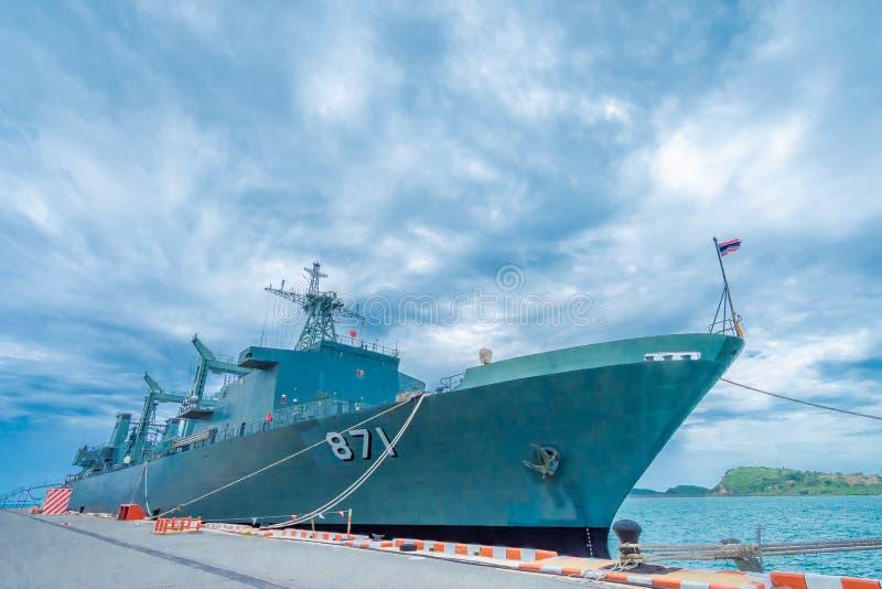 SATTAHIP THAILAND - MAJ 1 2019: Hangarfartyg f?r HTMS Chakri Naruebet p? Juksamet port p? Februari 9 i Sattahip Porten ?r en av royaltyfri fotografi