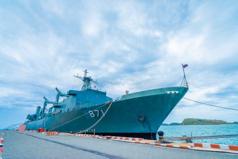 SATTAHIP THAILAND - MAJ 1 2019: Hangarfartyg f?r HTMS Chakri Naruebet p? Juksamet port p? Februari 9 i Sattahip Porten ?r en av royaltyfria foton
