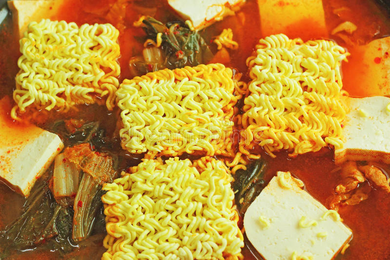 Satte den varma krukan för den kryddiga soppakimchien nudlarna. Koreansk mat. royaltyfria foton