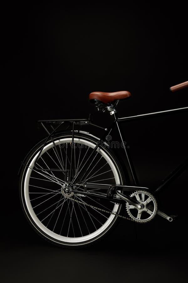 Sattel, Rad und Pedale des Weinlesefahrrades lokalisiert auf Schwarzem stockbilder