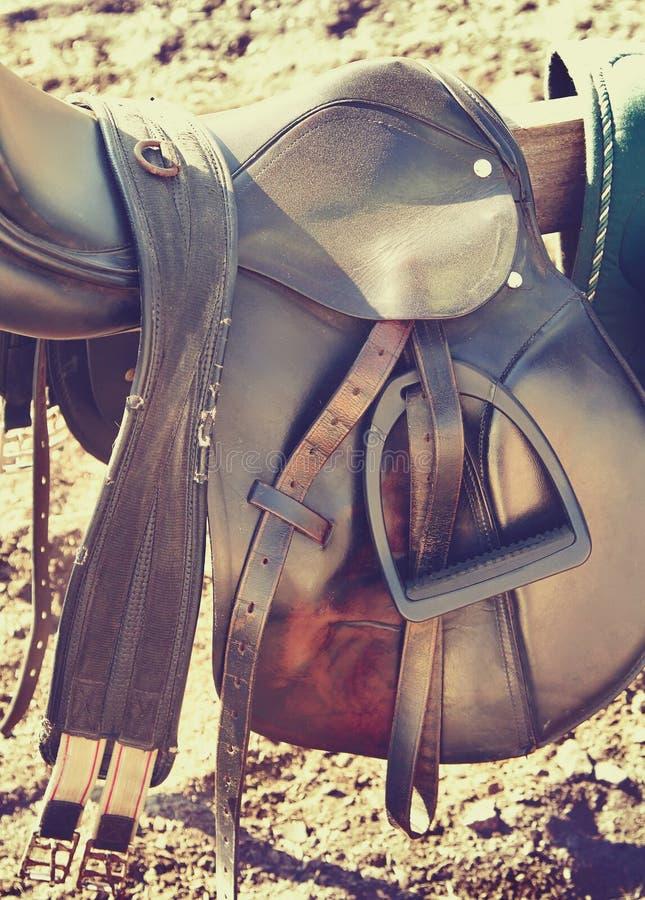 Sattel und braune Ledergürtel stockfotos