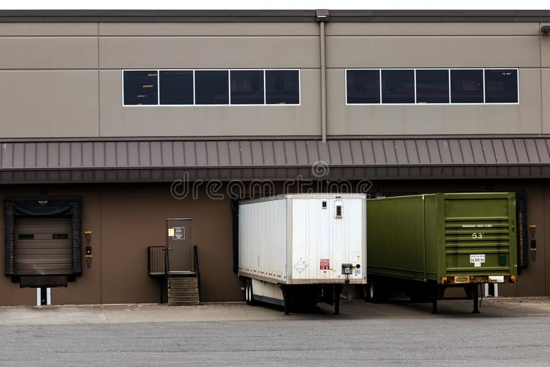 Sattelzüge an einem Lagerfrachtdock lizenzfreie stockfotos