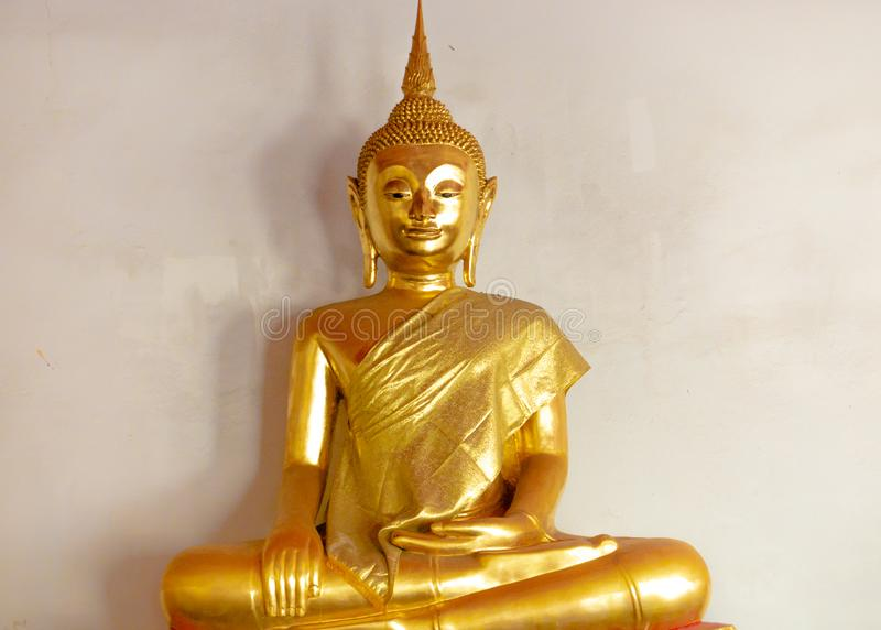 Satue de oro de Buda en un templo budista fotos de archivo