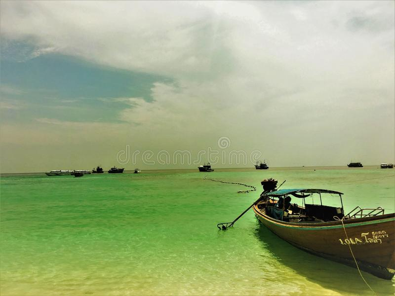 Satun landskap, Thailand-mars 18,2018: sikt till det Longtail fartyget i det blåa havet longtailfartyg att göra för trä arkivfoton