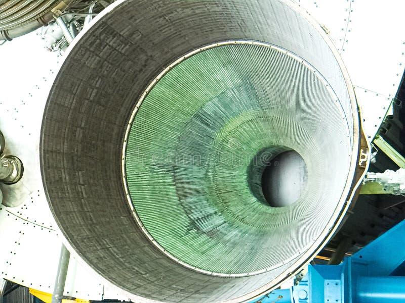 Saturn V Rocket Engines in Apollo Saturn V Centrum wordt getoond dat stock afbeelding