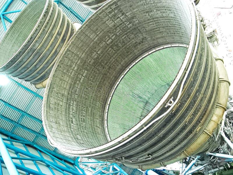 Saturn V Rocket Engines in Apollo Saturn V Centrum wordt getoond dat stock foto
