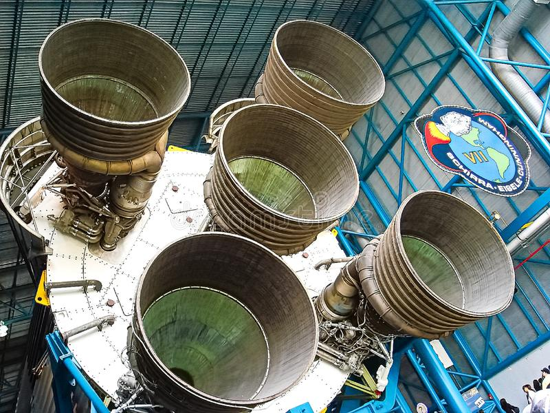 Saturn V Rocket Engines visade i den Apollo Saturn V mitten arkivfoton