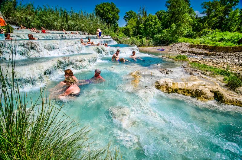 Saturnia Italien - Maj 3, 2013 Folk som badar i termiskt bad f?r sulphur i Tuscany royaltyfria foton