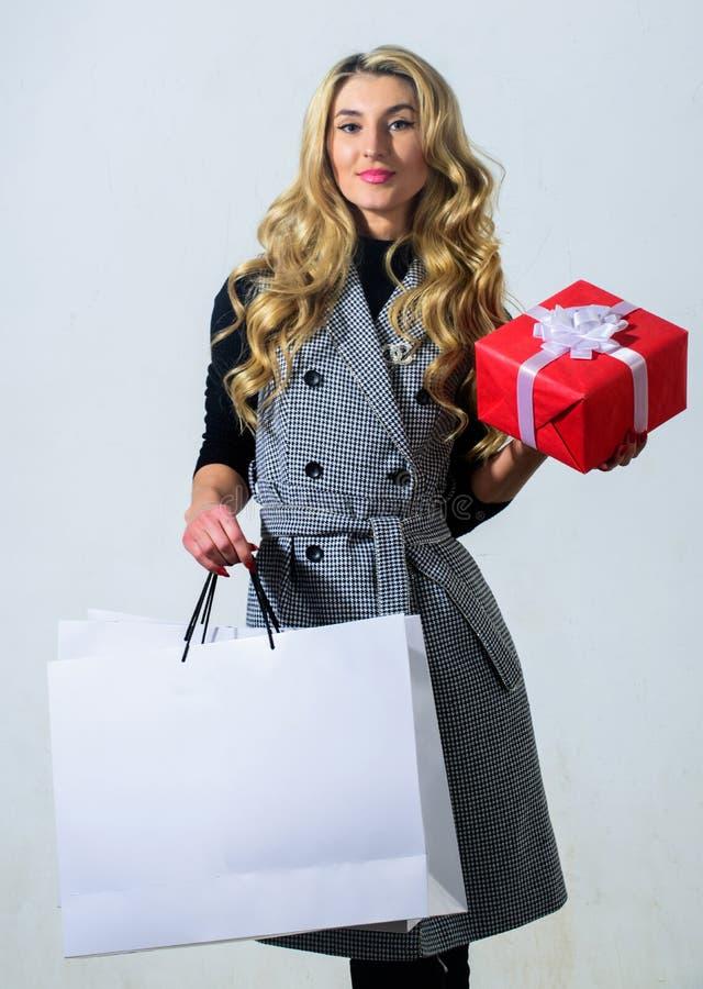 Satysfakcjonujący z zakupem bagaże tła koncepcję czworonożne zakupy białą kobietę Kobieta chwyta torba na zakupy i prezenta pudeł zdjęcia stock