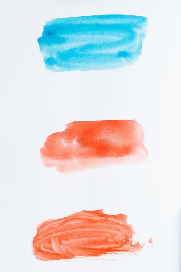 Satz Aquarellbürstenanschläge der blauen und roten Farbe auf weißem b vektor abbildung
