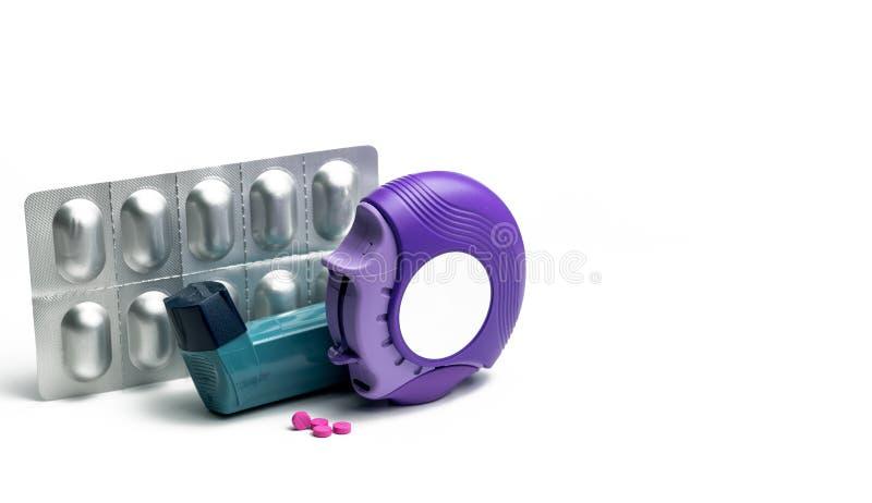 Satz Asthmainhalator, accuhaler und Antiallergiepillen für Behandlungsasthma Asthmaprüfer, Helferausrüstung auf blauer Tabelle stockfoto