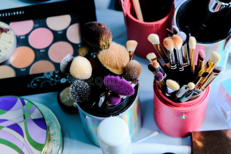 Satz Bürsten für Make-up auf Tabelle in der Umkleidekabine stockfotos