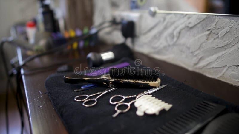 Satz Berufsfriseurwerkzeuge auf hellgrauem Hintergrund Haar-Ausschnitt und Effilierschere auf Weinlesehintergrund stockbild