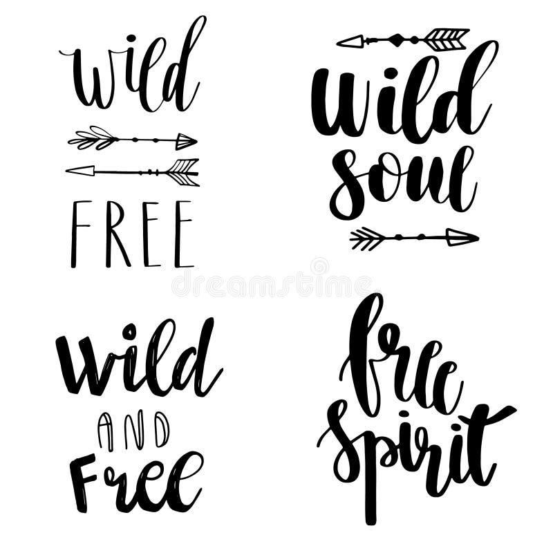 Satz Boho-Art-Beschriftung zitiert und Hand gezeichnete Elemente Wild und geben Sie, freier Geist, wilde Seelenphrasen frei Auch  stock abbildung