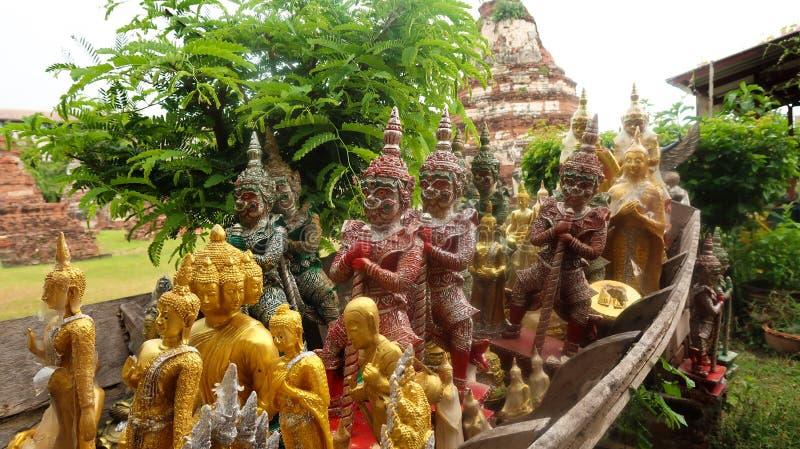Satz buddhistische Statuen stimmte ganz in einer Richtung überein stockbilder