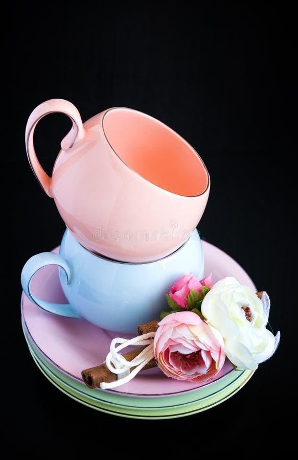 Satz bunte Schalen für Kaffee lizenzfreie stockfotos