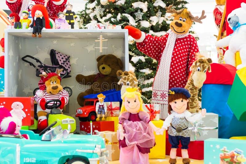 Satz bunte Spielwaren für Kinder, geholt durch Ren lizenzfreie stockbilder