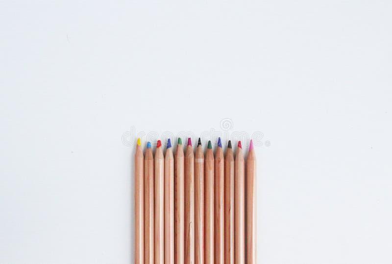 Satz der bunten Bleistifte auf dem weißen backgound stockbilder