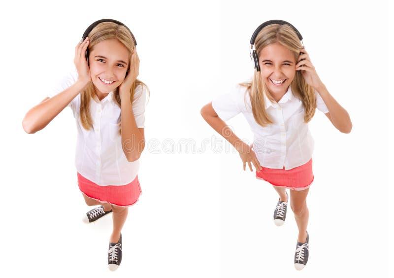 Satz der Ganzaufnahme des hohen Winkels des Spaßes des reizenden Mädchens mit Kopfhörern betrachtet die lokalisierte Kamera lizenzfreies stockfoto