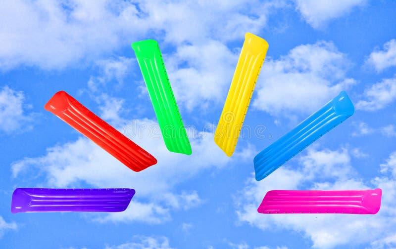 Satz der mehrfarbigen aufblasbaren sich hin- und herbewegenden Poolflossmatratze in Fa stockfoto