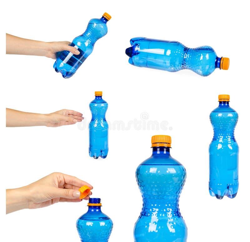 Satz der unterschiedlichen blauen Plastikwasserflasche mit orange Kappe, lokalisiert auf weißem Hintergrund, mit der Hand stockbilder