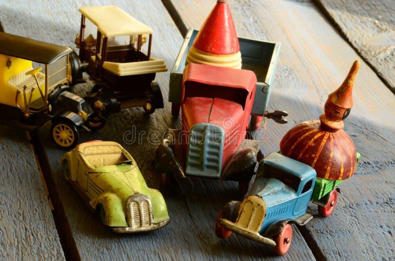 Satz der Weinlese spielt - konvertierbares Spielzeugauto, LKWs (Lastwagen) spielen, Beitragsautospielzeug und spinnende (summende lizenzfreie stockbilder