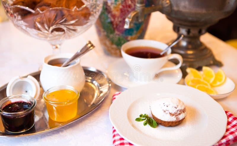 Satz des hohen Tees mit Nachtisch, Nachmittagsteesatz lizenzfreie stockfotografie