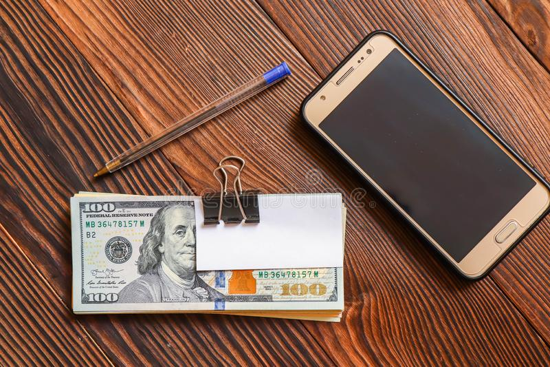 Satz Dollar rufen Stift- und Papieraufkleber für Ihren Text auf hölzernem Hintergrund an lizenzfreies stockbild
