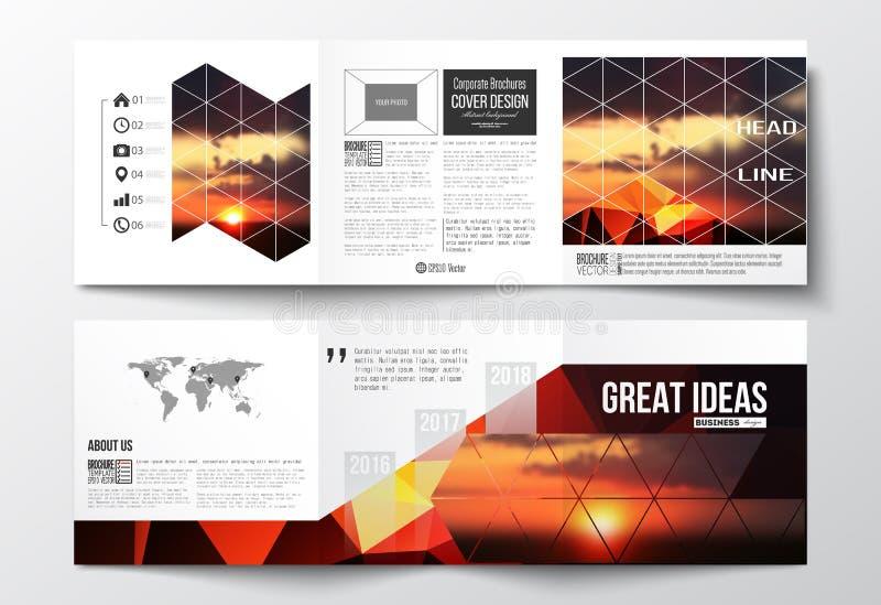 Satz dreifachgefaltete Broschüren, quadratische Designschablonen Bunter polygonaler Hintergrund, unscharfer natürlicher Hintergru lizenzfreie abbildung