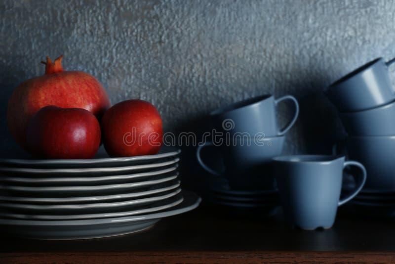 Satz Essgeschirr und Früchte lizenzfreie stockfotografie