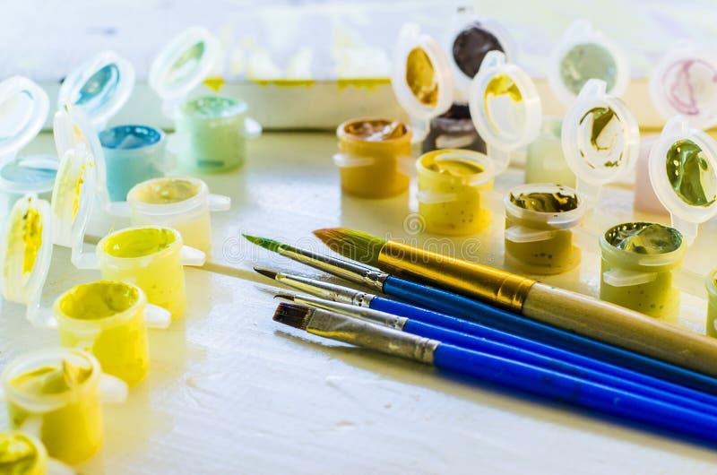 Satz farbige Acrylfarben stockbilder