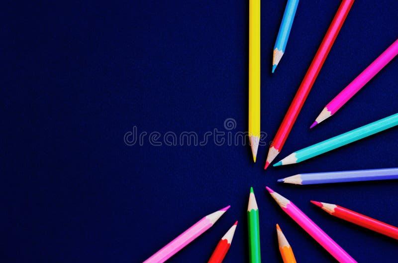 Satz farbige Bleistifte auf einem schwarzen Hintergrund - gesetztes abstrakt lizenzfreies stockbild