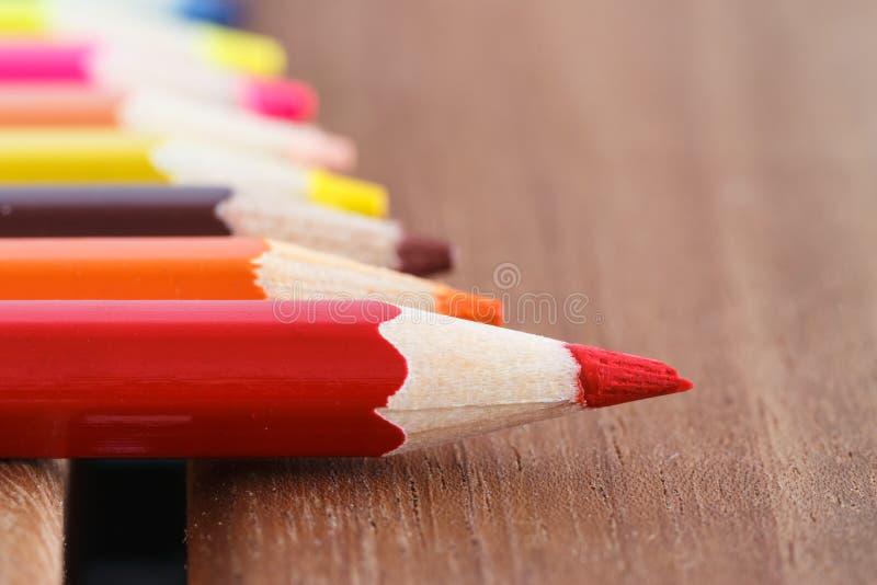 Satz farbige Bleistifte mit einem einzelnen Scharfen eins stockfoto